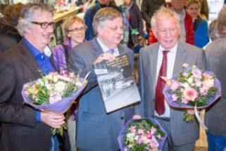Burgemeester Herman Kaiser met samensteller, tekstschrijver, boek en bloemen (Foto: Rene Wouters)