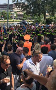 De Oranje Generaal verwelkomt de omvangrijke groep van de Nederlandse politie (Foto: Ad Lansink)