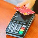 Bankalararası Kart Merkezi (BKM), temassız ödemelerdeki şifresiz işlem limitini yükselttiğini açıkladı. Yapılan açıklamalara göre vatandaşlar, artık 350 TL'ye kadar olan harcamalarında şifre kullanmak zorunda kalmayacaklar. Düzenleme, bugün itibarıyla uygulamaya sokulacak.
