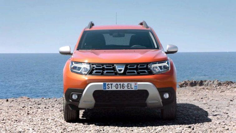 Romanya merkezli otomobil üreticisi Dacia, Türkiye'de yoğun ilgi gören Duster modelinin makyajlı ve EDC yani otomatik şanzımanlı versiyonunu ülkemizde satışa sundu.