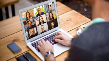 Google Meet yeni arka plan seçenekleriyle çalışanların iş hayatını kolaylaştırmaya devam ediyor. Hizmete iki yeni özellik eklendi.