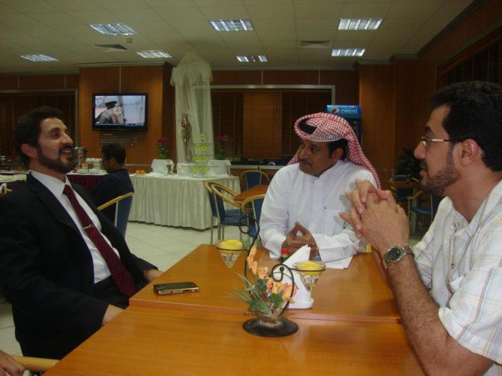 جلسة عمل قصيرة جمعت الدكتور عدنان إبراهيم بمقدم برنامج في العمق الأستاذ علي الظفيري والمنتج داوود سليمان