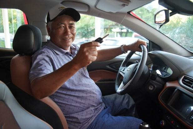 Hayashino Shigeru, de la Colonia Pirapo, departamento de Itapúa,  flamante ganador del automóvil.