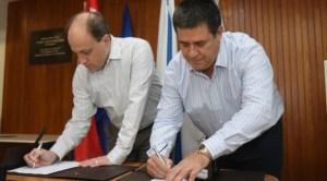 Dr. Yaron Daniely, CEO y President de Yissum y Horacio Cartes, líder de HC Innovations, firman el acuerdo.
