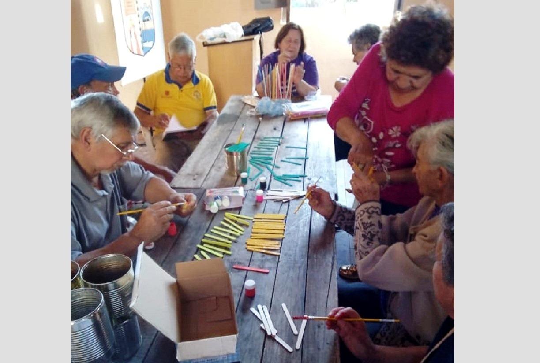 Abuelas En Pelotas abuelitos elaboran pandorgas y pelotas para niños, instando