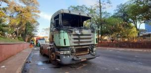 Así quedó uno de los camiones incendiados durante la manifestación en Ciudad del Este.