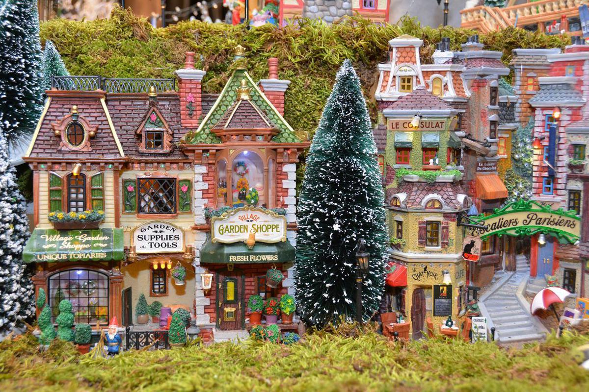 Il villaggio di Natale animato nella boutique Cruciani a