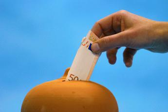 Crescono i salvadanai, le famiglie non spendono e i soldi restano in banca
