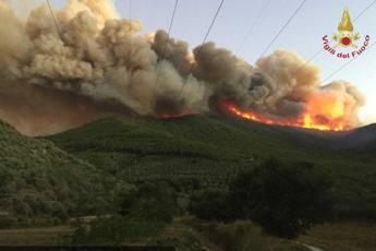 Inferno sul Monte Serra, 500 sfollati