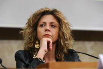 Lezzi a Crimi: Non entrare a gamba tesa su parlamentari e Casaleggio