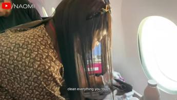 Coronavirus, la routine aeroportuale di Naomi Campbell diventa virale