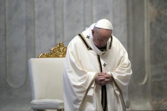 Papa colpito da sciatalgia, salta Te Deum e messa di domani