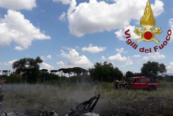 Roma, ultraleggero cade e prende fuoco: morti 2 giovani nuotatori