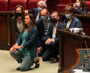 Boldrini on his knees for Floyd, clash in the House - Video