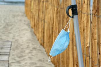 Pregliasco: No a tintarella con mascherina ma buonsenso in spiaggia