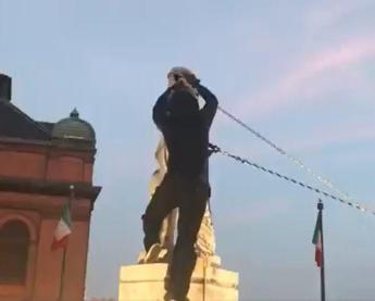 Usa, abbattuta la statua di Colombo a Baltimora /Video