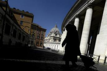 Vaticano, l'amarezza di Becciu dopo rinuncia a cardinalato: Preferisco il silenzio