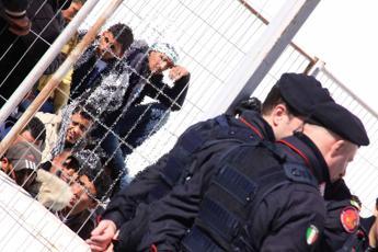 Migranti, nuova fuga di massa da Porto Empedocle