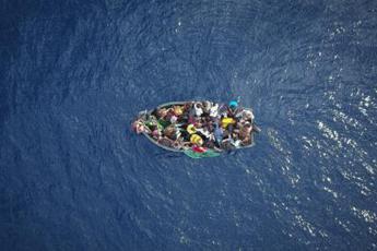 Lampedusa, arriva barcone con 450 migranti: protesta al porto