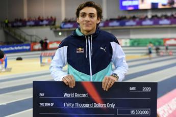Duplantis migliora ancora record del mondo nell'asta