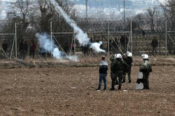 Grecia, polizia spara lacrimogeni contro i migranti
