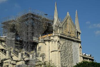 Con il casco la prima messa a Notre Dame