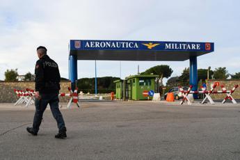 Virus, slitta l'arrivo del volo con gli italiani