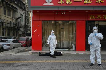 Virus, muore in strada a Wuhan: nessuno si avvicina per paura