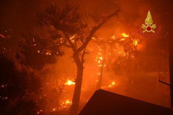 Palermo, incendio ad Altofonte: evacuati oltre 400 abitanti - Video