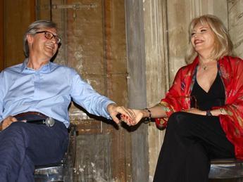Amanda Lear pittrice in 'Visioni', Vittorio Sgarbi curatore della mostra