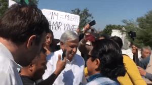 Entre Gritos Empujones Y Reclamos Reciben A López Obrador