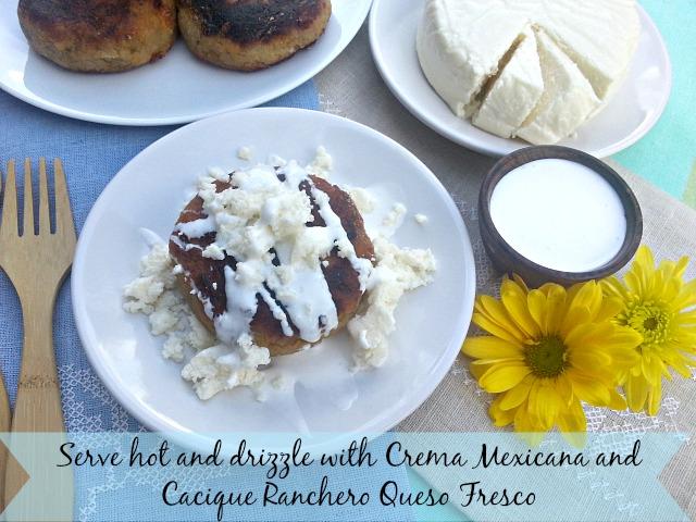 Sirve las tortitas de platano calientes y agrega crema y queso