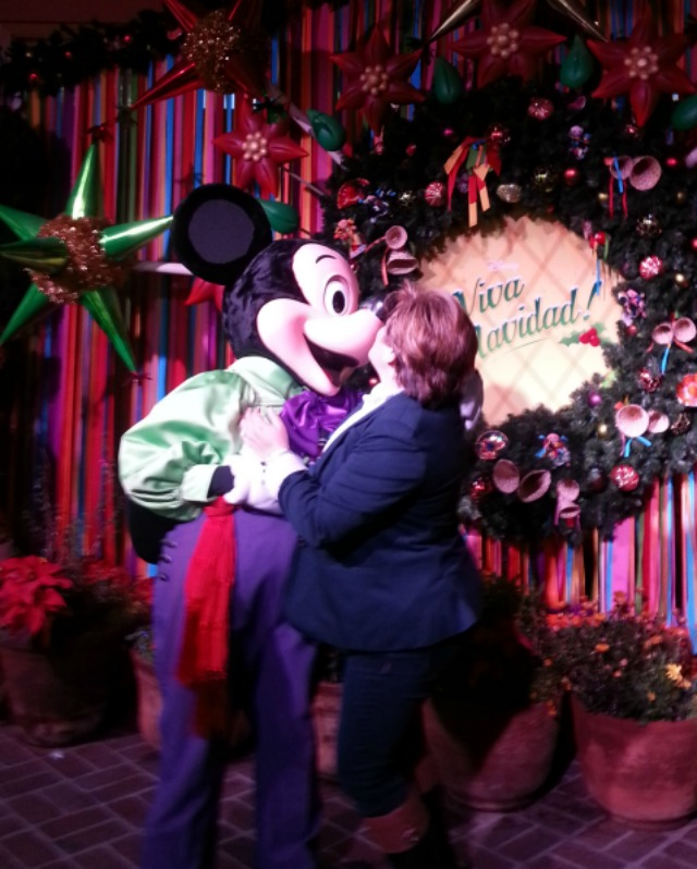 Sealing the day with a kiss with Mickey #VivaNavidad #DisneyHolidays #LATISM