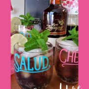 La Cuba Libre es una bebida tradicional de la coctelería cubana. Esta bebida tiene ron de Guatemala, refresco de cola, y un toque de limón y menta.