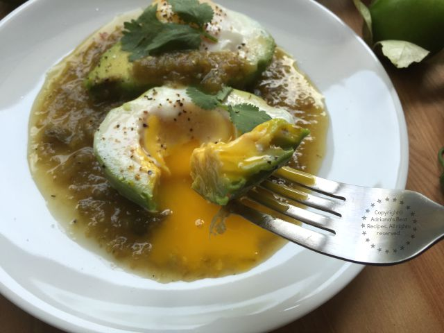 Mouthwatering Avocado Egg Breakfast with Salsa Verde #SaboreaUnoHoy #ad
