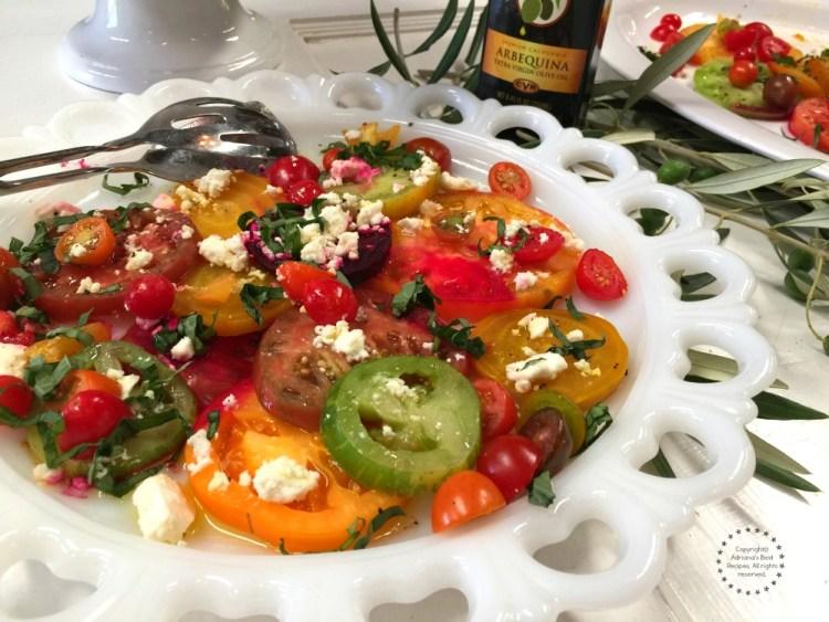 Deliciosa ensalada con tomates de la herencia y betabeles. Bañados con vinagreta de aceite de oliva