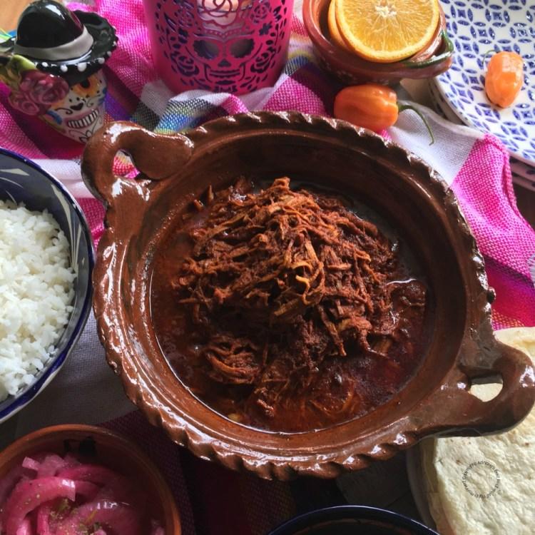 Lista para servir el Puerco Pibil Estilo Yucatán