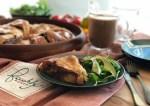 Acompañando la rosca de pollo con mole de higos con ensalada y chocolate caliente