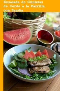 Extremadamente sabrosa ensalada de chuletas de cerdo a la parrilla con sandía para el menú del verano