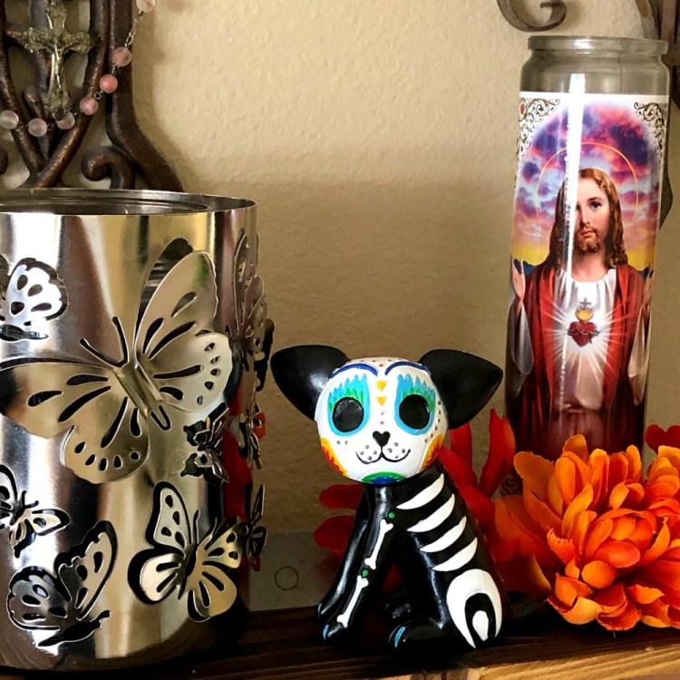 Simbolos como la mariposa monarca, el perro y el Sagrado Corazon de Jesus son elementos básicos para el altar