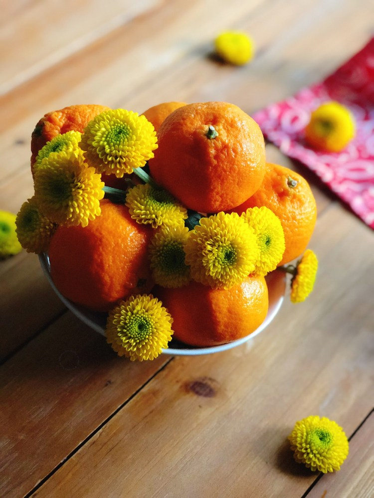 Flowers and oranges are essential elements for the ritual