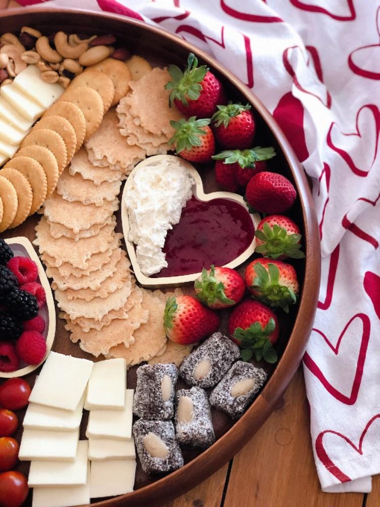 Usamos platitos en forma de corazón para ir con el tema del amor al queso