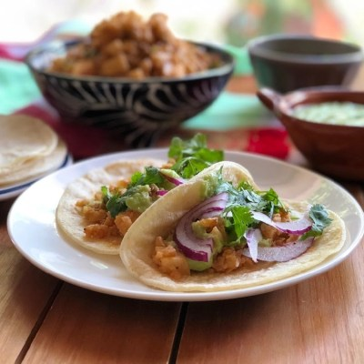This is the recipe for the Vegan Picadillo Tacos with Kohlrabi garnished with guacamole sauce