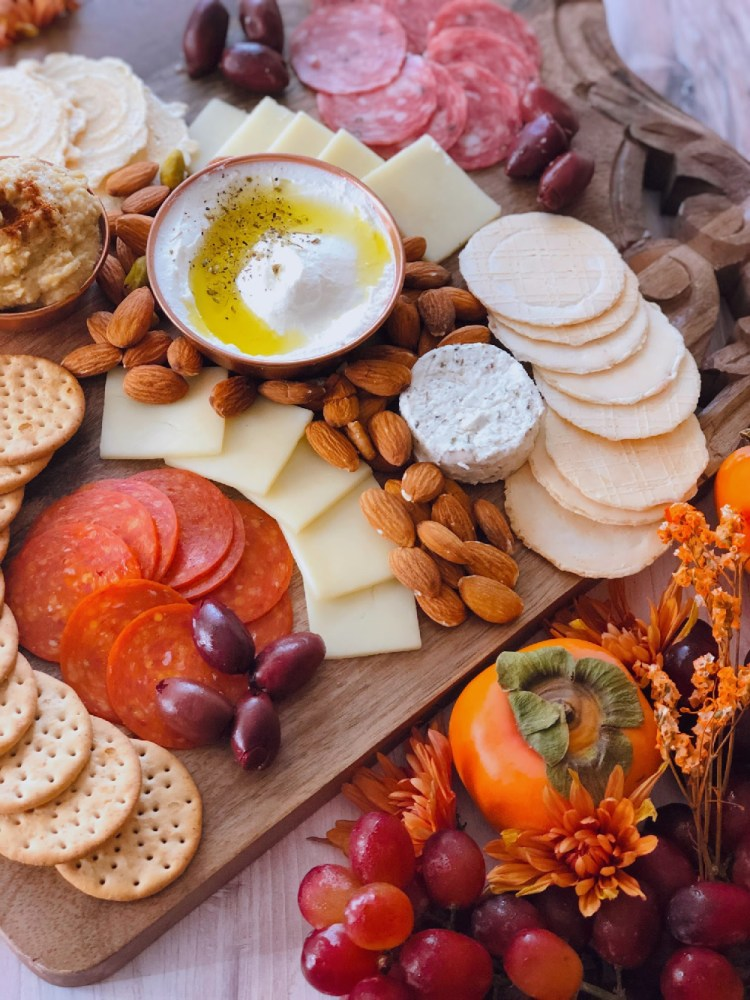 Inspired by the flavors of the Mediterranean cuisine, we put together a delightful Thanksgiving charcuterie board perfect for including in the appetizer table. This cheeseboard has European cold cuts, hard and soft cheeses, almonds and pistachios, crackers, kalamata olives, labneh, and hummus with garlic