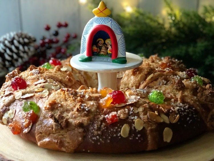 Esta es la Rosca de Reyes que se comparte el día 6 de enero con la familia y los amigos para la celebración de la Epifanía. El roscón es dulce y tiene frutas cristalizadas.