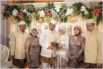 Seragam untuk resepsi pernikahan abu-abu