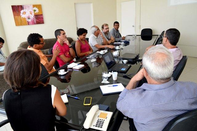 Representantes da ADUSC, AFUSC e DCE discutem Estatuinte com a administração da UESC