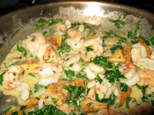 Shrimp and chanterelles with spinach in butter and cream