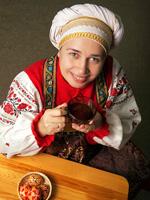 Женщина в национальном русском костюме, празднование Пасхи