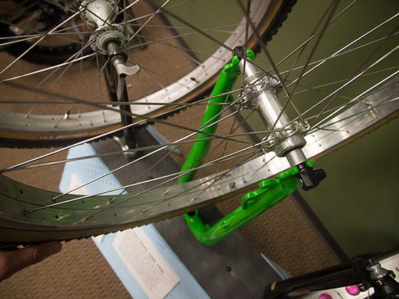 À la fin des années 80 certains fabricants de cadre de l'Alaska ont débuté l'expérimentation avec des composantes sur mesure pour obtenir une surface de contacte importantes des pneus. Steve Baker, de Icycle Bicycles à Anchorage, soudaient 2 ou 3 jantes ensemble.